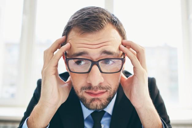 homem-de-negocios-frustrante-com-oculos_1098-3402