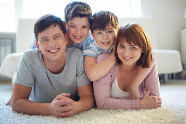 pais-sorrindo-com-seus-filhos_1098-887